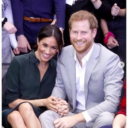 【イタすぎるセレブ達】ヘンリー王子&メーガン妃、元日にバンクーバー島でハイキング 通行人の写真撮影を手伝う一幕も