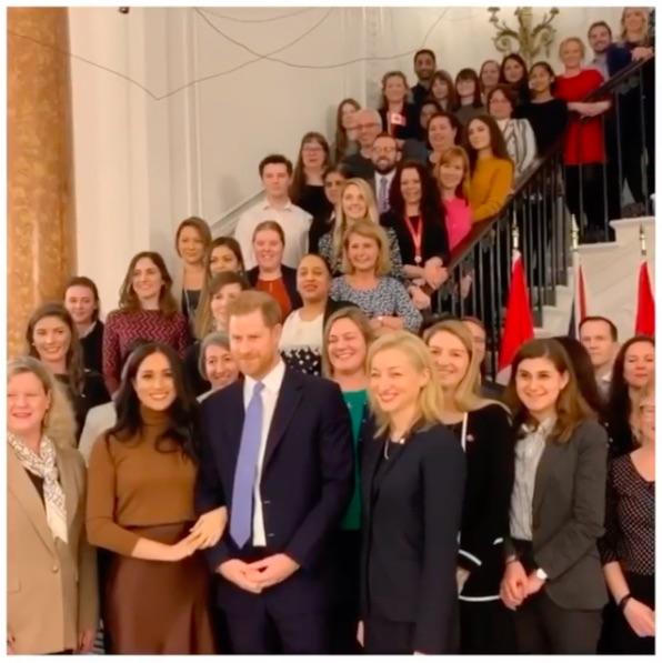 「カナダ・ハウス」で休暇中の歓待にお礼を述べたヘンリー王子夫妻(画像は『The Duke and Duchess of Sussex 2020年1月7日付Instagram「Today, The Duke and Duchess of Sussex visited Canada House in London to thank the High Commissioner Janice Charette and staff for the warm hospitality during their recent stay in Canada.」』のスクリーンショット)