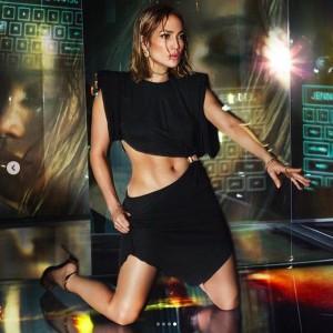 ジェニファー、美しいボディーも健在(画像は『Jennifer Lopez 2020年1月11日付Instagram「I am so excited I can finally reveal that I am the face of the #VersaceSS20 campaign!」』のスクリーンショット)