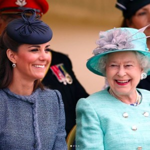 エリザベス女王と並ぶキャサリン妃(画像は『The Royal Family 2020年1月9日付Instagram「Wishing The Duchess of Cambridge a very Happy Birthday!」』のスクリーンショット)