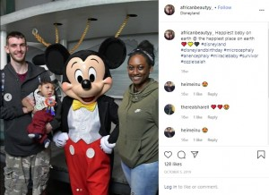 家族と一緒にディズニーランドで(画像は『Moby Gordon 2019年10月5日付Instagram「Happiest baby on earth @ the happiest place on earth」』のスクリーンショット)