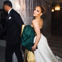 【イタすぎるセレブ達】ジェニファー・ロペス、赤っ恥! ゴールデングローブ賞授賞式のドレスがまるで「プレゼントラッピング」