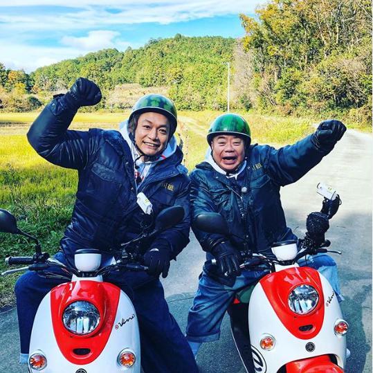 電動バイクでロケを行った香取慎吾と出川哲朗(画像は『香取慎吾 2020年1月2日付Instagram「#出川哲朗の充電させてもらえませんか 出川さん.スタッフの皆さんありがとうございました!」』のスクリーンショット)