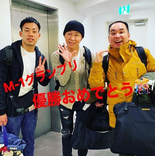 ミルクボーイ(駒場孝・内海崇)とアキ(画像は『アキ_official(吉本新喜劇) 2020年1月27日付Instagram「本社で打ち合わせをしていたら、大忙しのミルクボーイにバッタリ。」』にスクリーンショット)