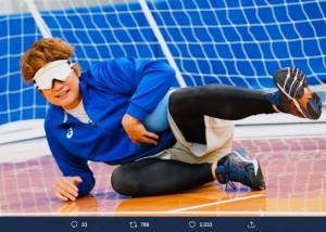 「ゴールボール対決」でゴールを守る香取慎吾(画像は『日本テレビ スッキリ 2020年1月7日付Twitter「放送スタート! #スッキリ vs #新しい地図「パラスポーツ対決」」』のスクリーンショット)