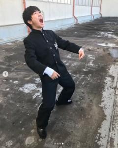 絶叫したあのポーズも披露(画像は『鈴木福 2020年1月4日付Instagram「『ガキの使いやあらへんで 笑ってはいけない 青春ハイスクール24時』オフショットです(笑)」』のスクリーンショット)