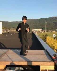 屋上で笑顔を見せる鈴木福(画像は『鈴木福 2020年1月4日付Instagram「『ガキの使いやあらへんで 笑ってはいけない 青春ハイスクール24時』オフショットです(笑)」』のスクリーンショット)