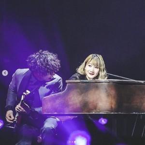 セカオワ北京公演でピアノを弾くSaori(画像は『Saori 2019年11月19日付Instagram「ありがとう北京!」』のスクリーンショット)
