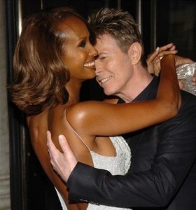 笑顔でダンスするイマンとデヴィッド・ボウイ(画像は『IMAN 2020年1月10日付Instagram「#BowieForever #EternalLove」』のスクリーンショット)