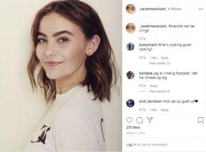 眉を剃っていた頃のサラ・マリー・クラークさん(画像は『Sarah Marie Goldschmidt Clark 2018年3月11日付Instagram「Polaroids can be cringe」』のスクリーンショット)