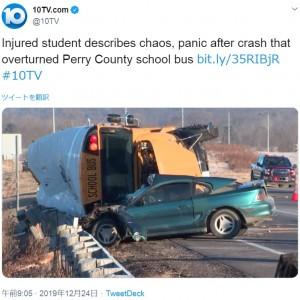 事故を起こした車とスクールバス(画像は『10TV.com 2019年12月24日付Twitter「Injured student describes chaos, panic after crash that overturned Perry County school bus」』のスクリーンショット)