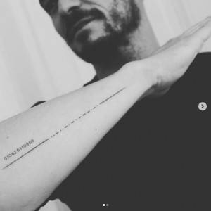 モールス符号の新タトゥーに、痛恨のミス発覚(画像は『Orlando Bloom 2020年2月11日付Instagram「new #tattoo can you guess who?」』のスクリーンショット)