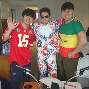 ド派手なカーテンスーツで収録に参加した綾部祐二(画像は『若林正恭 2020年2月2日付Instagram「マイアミで同期とラジオでした。」』のスクリーンショット)