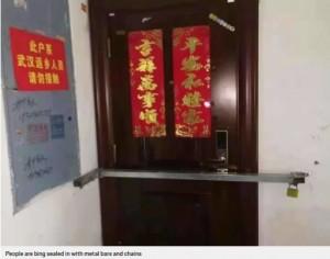 ドアに鉄の棒と鍵がかけられた家(画像は『Metro 2020年2月2日付「Wuhan woman screams as Chinese authorities barricade her inside own home」』のスクリーンショット)