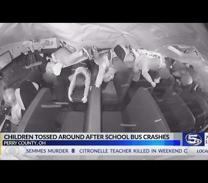 【海外発!Breaking News】宙を舞い泣き叫ぶ高校生 事故で横転したスクールバス内部の衝撃動画(米)