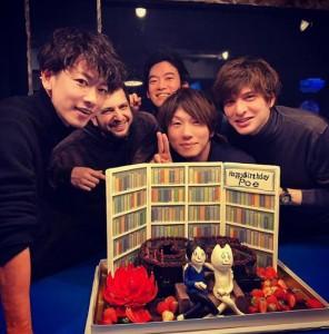 古市憲寿の誕生日を祝う佐藤健(左)たち(画像は『古市憲寿 2020年1月14日付Instagram「誕生日です。みんないつもありがとね。」』のスクリーンショット)