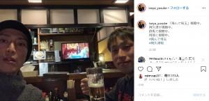 リアルタイムで視聴した伊勢谷友介(左)(画像は『伊勢谷友介 2020年2月8日付Instagram「「飛んで埼玉」視聴中。」』のスクリーンショット)