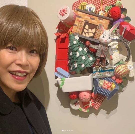 友人の個展を訪れた北川悦吏子さん(画像は『北川悦吏子 2019年12月11日付Instagram「友達の個展を見に行きました!」』のスクリーンショット)