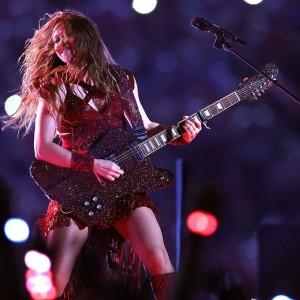 7万個のクリスタルが散りばめられたギターを抱えるシャキーラ(画像は『SWAROVSKI 2020年2月3日付Instagram「@shakira serves glamorous rock 'n' roll at the #superbowlliv halftime show.」』のスクリーンショット)