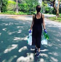 【イタすぎるセレブ達】グウィネス・パルトロウ、マスク&手袋着用でファーマーズ・マーケットへ
