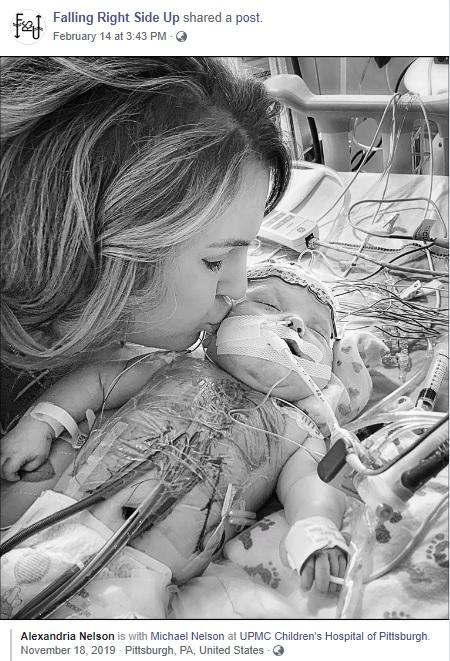 2度目の手術を終えて5日後のテディ君と母アレクサンドラさん(画像は『Falling Right Side Up 2020年2月14日付Facebook「LOVE GROWS.」』のスクリーンショット)