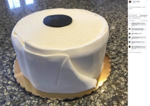 """【海外発!Breaking News】アメリカのベーカリーに""""トイレットペーパーケーキ""""が登場「美味しく楽しく乗り切ろう」"""