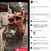 """【海外発!Breaking News】恐竜の着ぐるみ""""2頭""""がスーパーでママとお買い物「社会的距離の確保を恐竜スタイルで」(米)<動画あり>"""