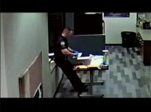 【海外発!Breaking News】危険ドラッグ処理中の警察官、皮膚から薬物が浸透し意識失う(米)<動画あり>