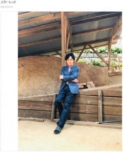 スーツにサンダル履きでポーズをとる稲垣吾郎(画像は『稲垣吾郎 2020年3月18日付オフィシャルブログ「スカーレット」』のスクリーンショット)