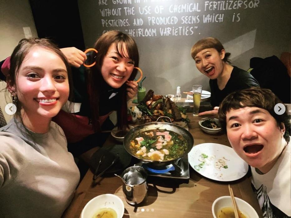 滝沢カレンの横でおどけるフワちゃん(画像は『丸山桂里奈 2020年3月10日付Instagram「春菜さんのお誕生日祝い」』のスクリーンショット)