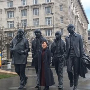 銅像と再会した水卜麻美アナ(画像は『公式_ANOTHER SKY 2020年3月23日付Instagram「ビートルズの故郷、リバプールに到着した水卜アナ。」』のスクリーンショット)