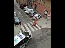 【海外発!Breaking News】外出禁止令下で恐竜の着ぐるみ姿で外出した男性 警察「犬の散歩は認めますがティラノサウルスは認められていません」(スペイン)<動画あり>