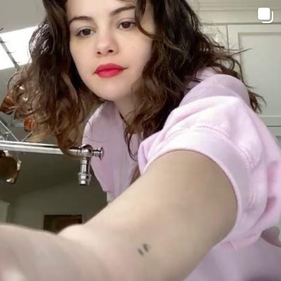 セレーナ、次の挑戦者に「パワフルな女性」3人を指名も(画像は『Selena Gomez 2020年3月21日付Instagram「Alright, here's my #SafeHands Challenge」』のスクリーンショット)