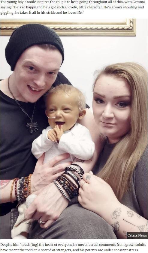 笑顔を見せるローガン君と両親(画像は『UNILAD 2020年3月10日付「Devon Toddler With Rare Condition Is 'Always Smiling' Despite People's Nasty Comments」(Caters News)』のスクリーンショット)