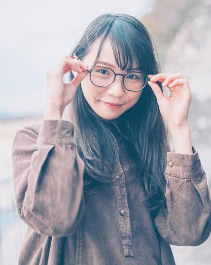 メガネ姿の周庭さん(画像は『周庭 Agnes Chow 2020年2月12日付Instagram「很多人説喜歡我youtube頻道的profile pic 那就放原圖上來吧 哈哈」』のスクリーンショット)