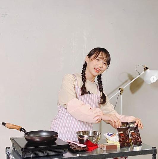 YouTubeチャンネルでバレンタインチョコを作った周庭さん(画像は『周庭 Agnes Chow 2020年2月14日付Instagram「我的Youtube頻道出片了!」』のスクリーンショット)