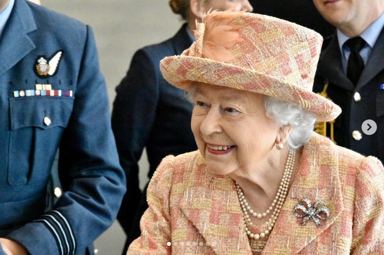 現在はウインザー城で過ごしているエリザベス女王(画像は『The Royal Family 2020年2月2日付Instagram「he Queen, Honorary Air Commodore visited @rafmarham in Norfolk today.」』のスクリーンショット)