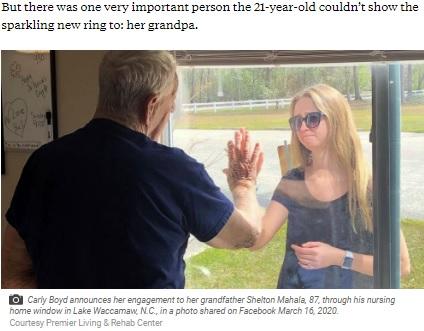 外出できない祖父と窓越しに会った女性(画像は『ABC News 2020年3月18日付「Woman surprises quarantined grandpa with engagement news through nursing home window」(Courtesy Premier Living & Rehab Center)』のスクリーンショット)