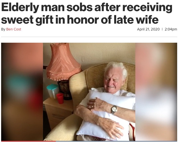 贈られたクッションを見て感極まる94歳男性(画像は『New York Post 2020年4月21日付「Elderly man sobs after receiving sweet gift in honor of late wife」』のスクリーンショット)
