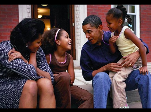 家族写真にポジティブなメッセージを添えたバラク・オバマ氏(画像は『Barack Obama 2020年4月12日付Instagram「Although our celebrations may look different this year, our unwavering faith remains the same. For me, Easter is a time of hope―a reminder of rebirth and renewal―and a belief in a better day to come.」』のスクリーンショット)