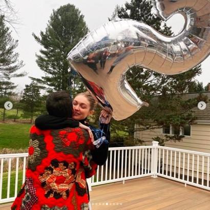 【イタすぎるセレブ達】ジジ・ハディッド、25歳誕生日をゼイン・マリクや家族と特製ケーキでお祝い
