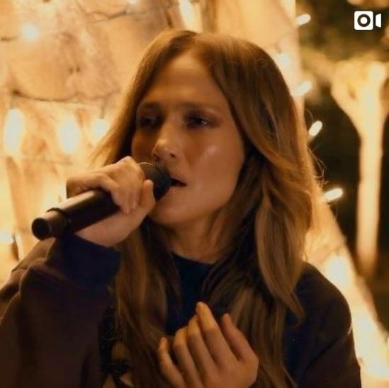 バーブラ・ストライサンドの代表曲『People』を歌ったジェニファー・ロペス(画像は『Jennifer Lopez 2020年4月19日付Instagram「There's one thing that I realized during this whole time, and it's how much we all need each other...」』のスクリーンショット)