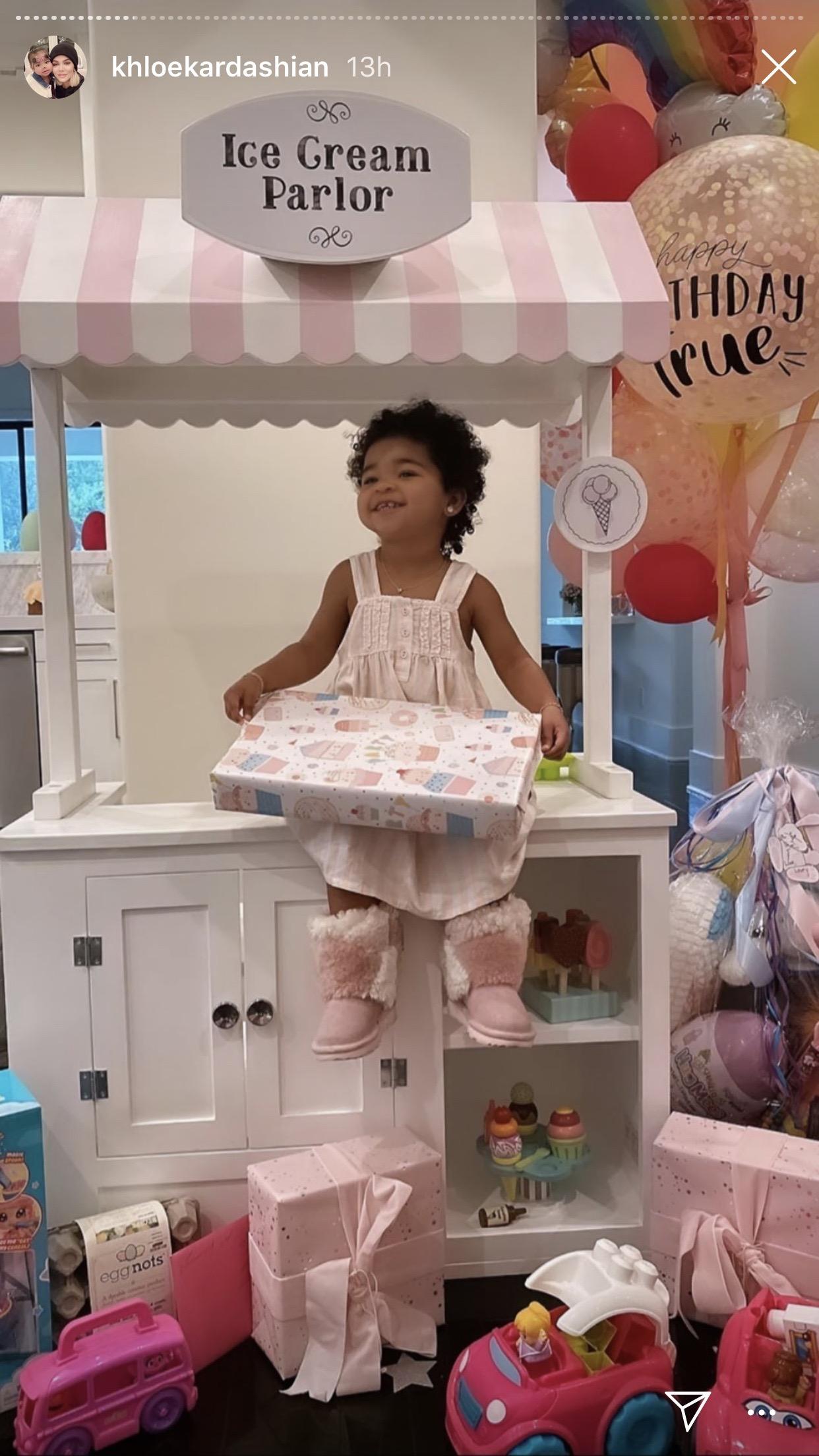 2歳誕生日もたくさんのおもちゃに囲まれるトゥルーちゃん(画像は『Khloé 2020年4月12日付Instagram』のスクリーンショット)