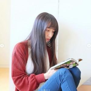 『鬼滅の刃』を読みふけるCocomi(画像は『cocomi_553_official 2020年4月4日付Instagram「練習以外はいつも、お絵描きをしたり、漫画、アニメを観ています。」』のスクリーンショット)