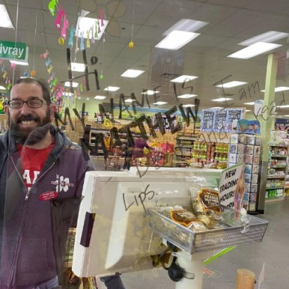 【海外発!Breaking News】「マスクで唇の動きが分からない」聴覚障がいのスーパー店員に仲間が見せた優しさ(米)