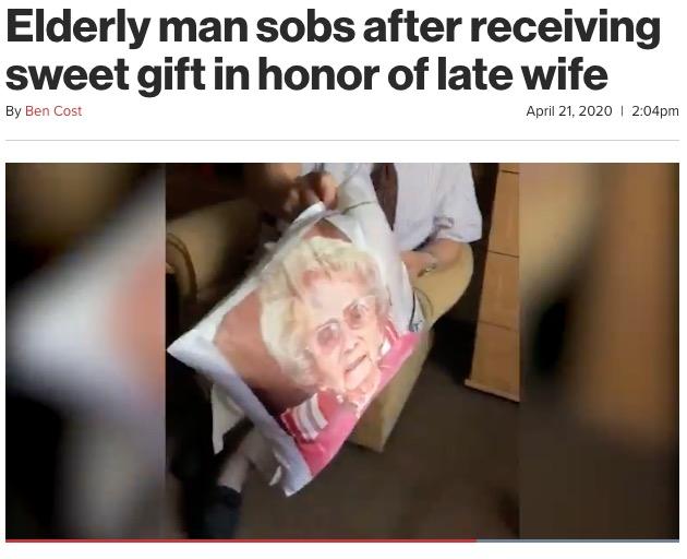 クッションには亡き妻の顔写真が…(画像は『New York Post 2020年4月21日付「Elderly man sobs after receiving sweet gift in honor of late wife」』のスクリーンショット)