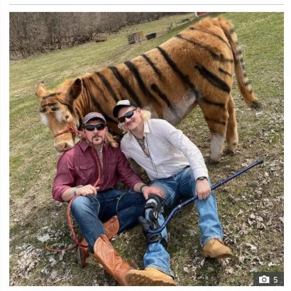 【海外発!Breaking News】牛をトラ柄にして『タイガーキング』の主人公になりきる農夫(米)<動画あり>