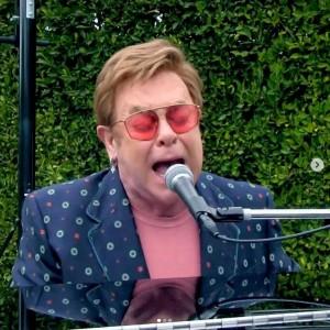自宅庭で熱唱するエルトン・ジョン(画像は『Elton John 2020年4月19日付Instagram「I hope everyone enjoyed One World: #TogetherAtHome last night as much as we did at home!」』のスクリーンショット)