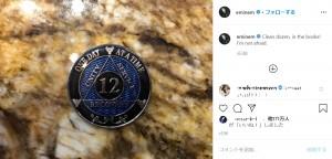 12年間の断薬を記念するバッジ(画像は『Marshall Mathers(eminem) 2020年4月20日付Instagram「Clean dozen, in the books!」』のスクリーンショット)