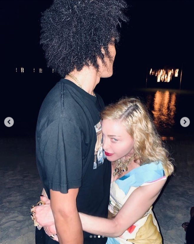 アラマリクさんに抱きつくマドンナ(画像は『Madonna 2020年4月24日付Instagram「Happy Birthday My Love.」』のスクリーンショット)